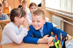 Фотограф фотографирует детей в школе