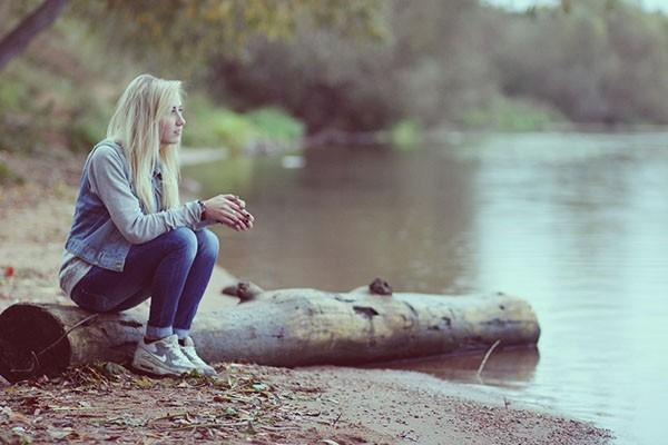 Фотография девушки у реки