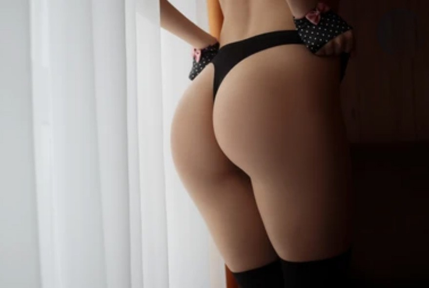 Красивая поза у окна